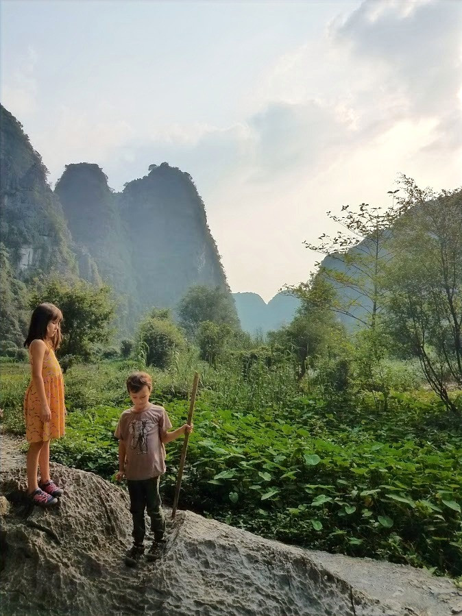 Kids at Hang Mua caves, Ninh Binh