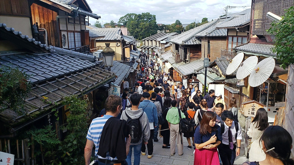 Higashiyama district with crowds during the day