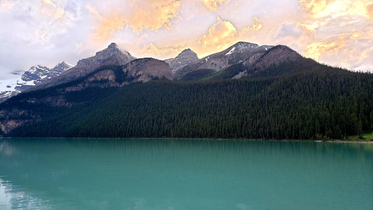 Avoiding crowds by seeing Lake Louise at sunset