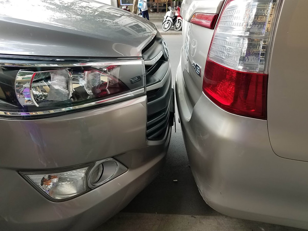 Parralel parking fail. Cars parked too close.