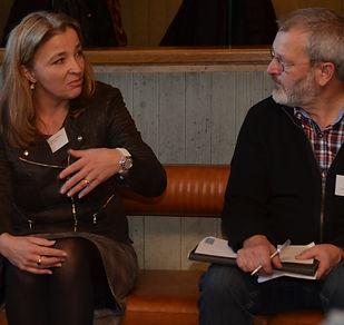 Eine Frau und ein Mann diskutieren miteinader.