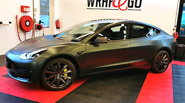 96-Tesla-Model-3-PWF-Smaragd_wrap-GeleRemklauwen-accenten