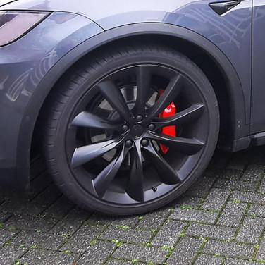 7 - Tesla X Lampen getint, remklauwen rood en velgen satin black gespoten