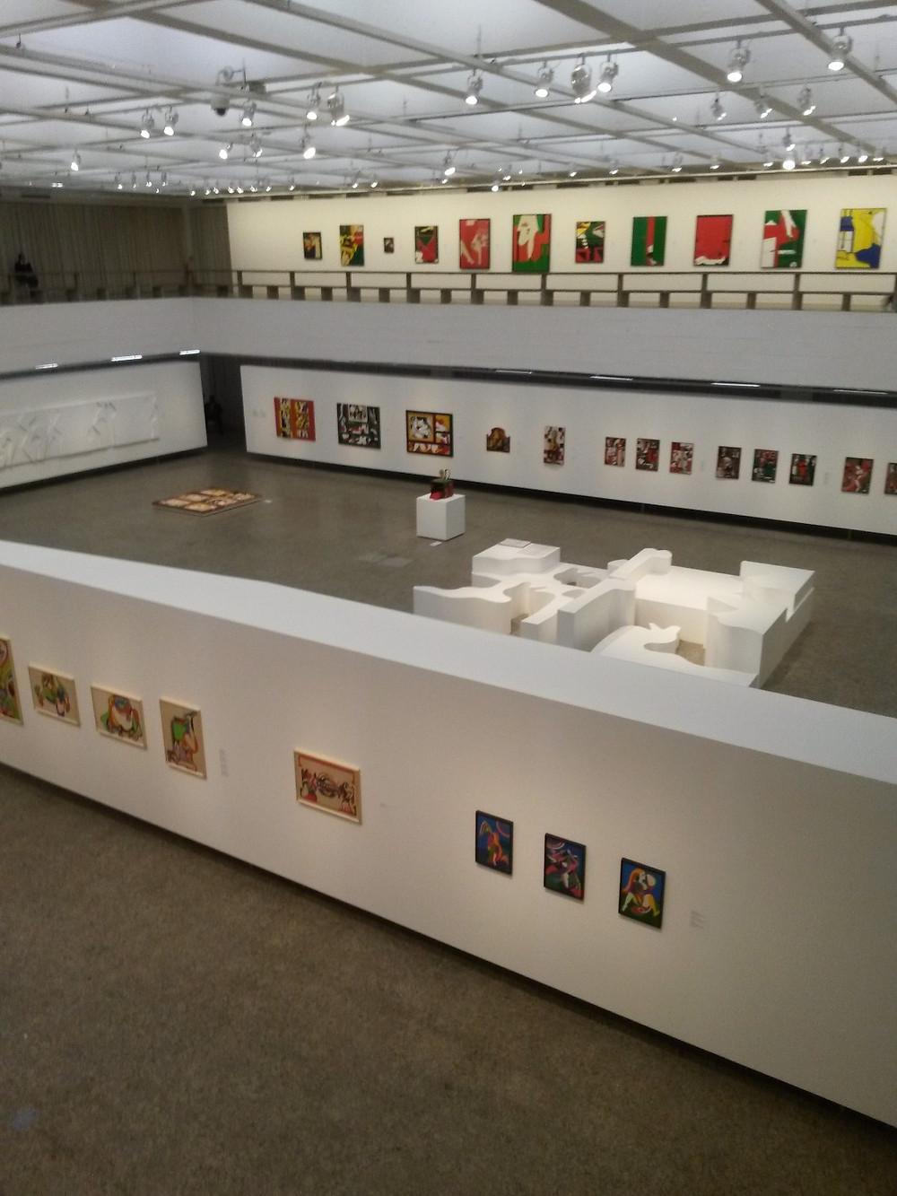 Visão superior da entrada dos subsolos, onde estão instaladas as exposições contemporâneas sobre sexualidade e gênero