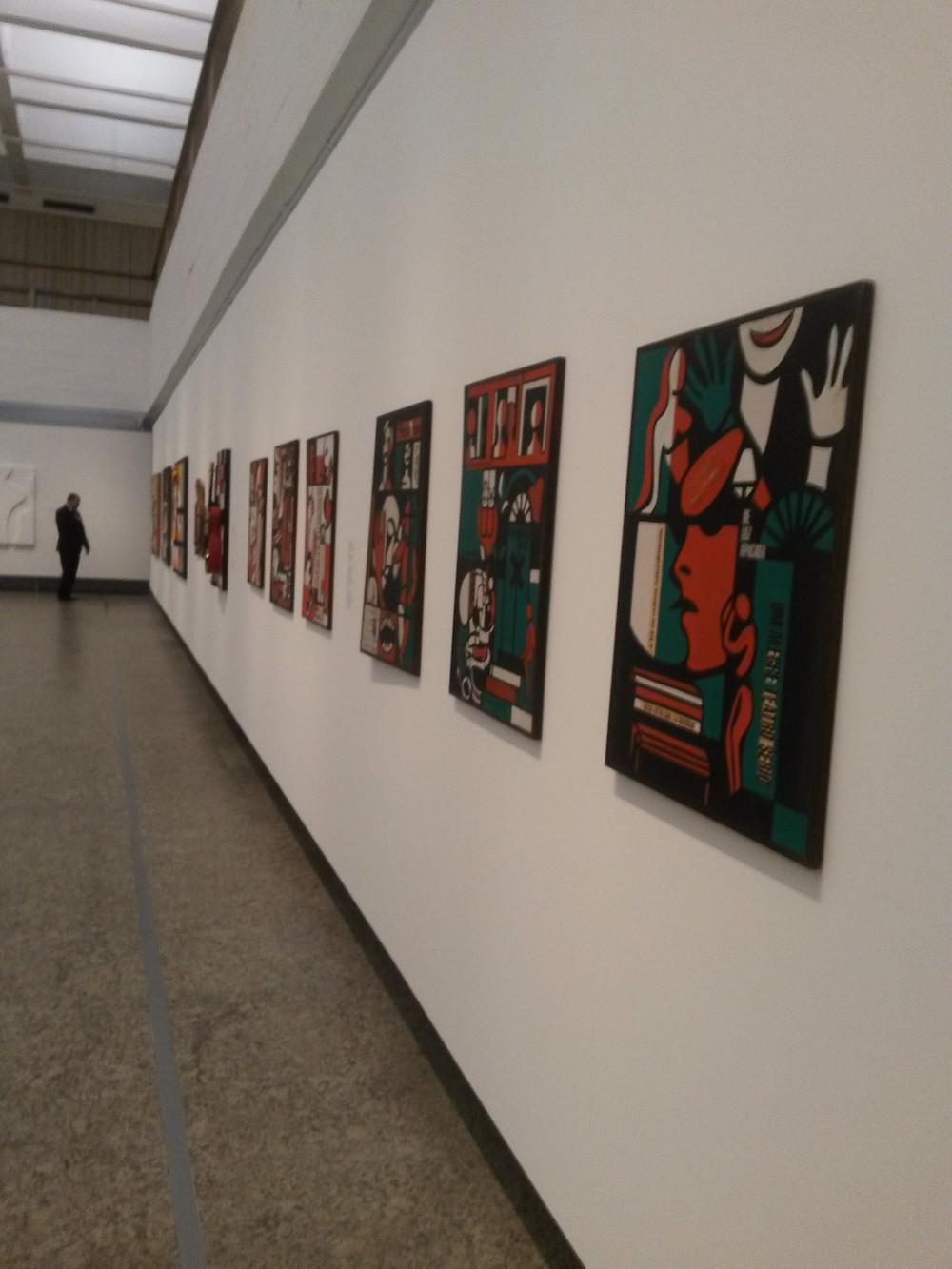 Simbolizando a década de 70 em estilo, cores e grito, a artista usa um arsenal plástico de elementos para compor suas obras