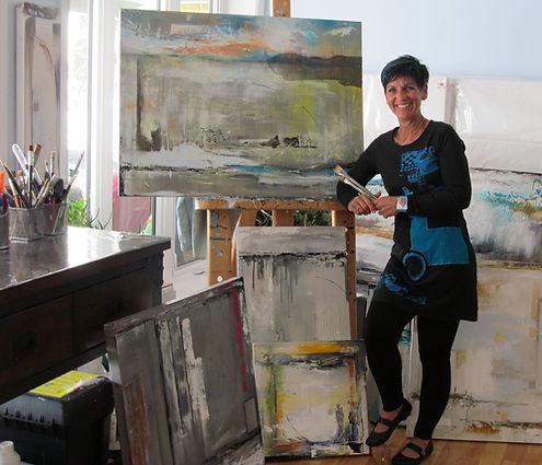 Céline Martel dans son atelier, artiste peintre professionnelle