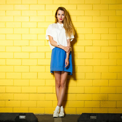Chica en amarillo