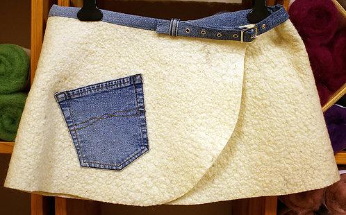 Jupette en feutre aiguilleté et tissu jeans