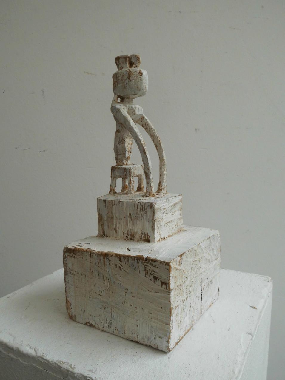 Klaus Hack | Kleine Figur mit Stützarmen | 2010 | Holz | weiß gefasst | 24,8 x 12 x 11 cm | 970 Euro