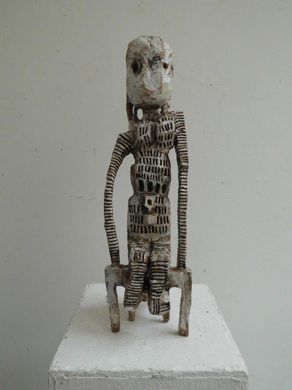 Klaus Hack | Sitzende Figur | 2009 | Holz | weiß gefasst | 42,5 x 12,5 x 13,5 cm | 2400 Euro