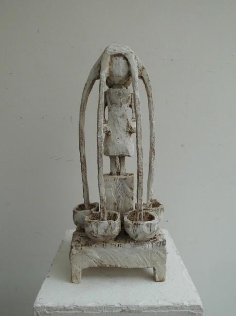 Klaus Hack | Kleine Brunnenfigur | 2011 | Holz | weiß gefasst | 39 x 16,5 x 14,5 cm | 2000 Euro