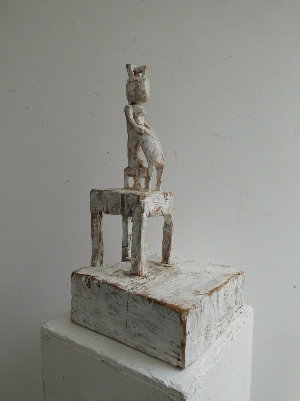 Klaus Hack | Sitzende Figur auf Sockel | 2007 | Holz | weiß gefasst | 39,5 x 20 x 19,5 cm | 2200 Euro