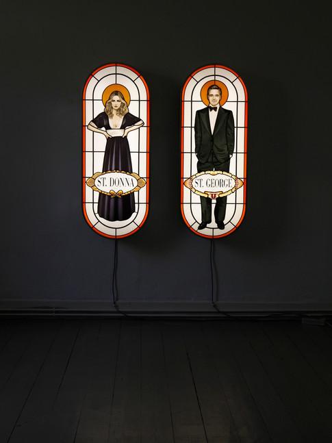 Anna Herrgott | ERSATZHEILIGE SaintDonna & SaintGeorge, Ansicht mit Hinterleuchtung | 2012 Leuchtkasten Installation, Bleiverglasung mit Schwarzlotmalerei | je 122 cm x 48 cm x 14 cm