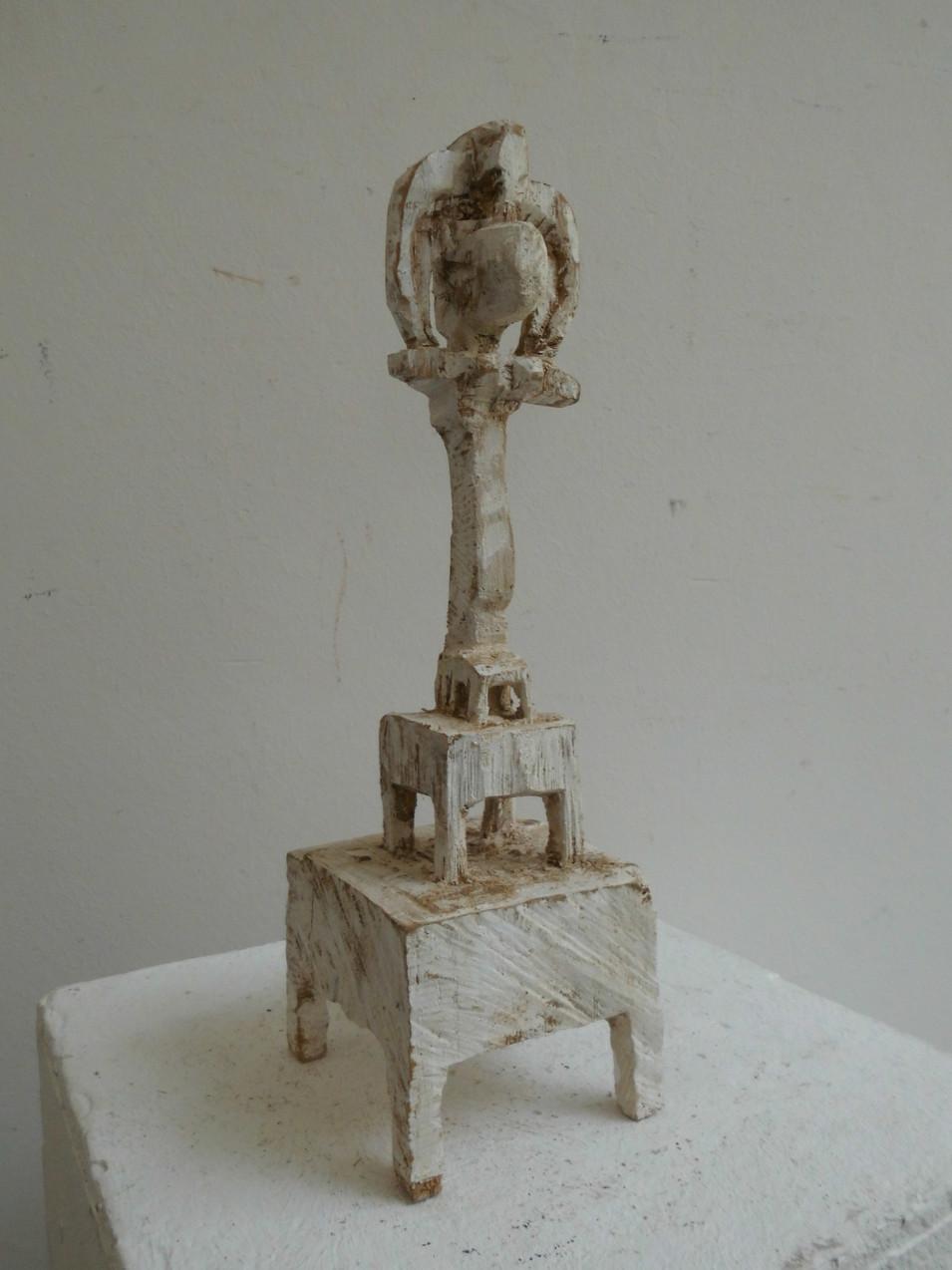 Klaus Hack | Kleine Figurine auf zwei Sockeln | 2001 | Holz | weiß gefasst | 28,5 x 8,5 x 9 cm | 950 Euro