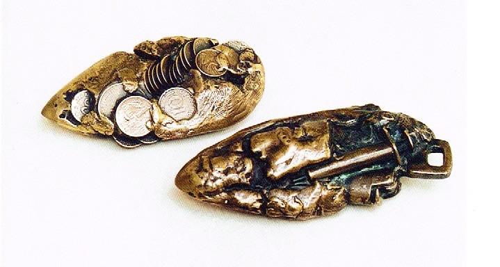 Jochen Schamal    Faustkeile   Zinnbronze, Neusilber (Nickelbronze)   1993   Länge 13 + 15 cm   je 1450 Euro