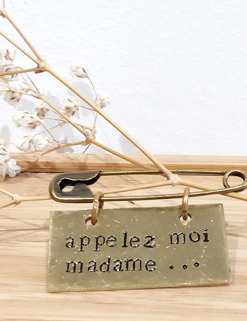 """Broche à message en laiton """"appelez-moi madame"""" de Agapi"""