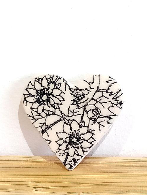 Broche coeur, motif floral en faïence noire et écrue de Stéphanie Cahorel, artiste marseillaise.