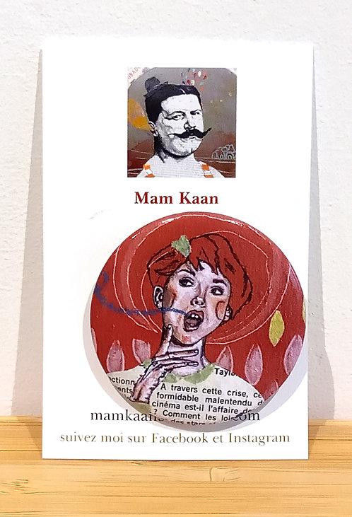 Badge 45mm fille aux cheveux roux tirée d'une oeuvre de Mam Kaan artiste tourangelle