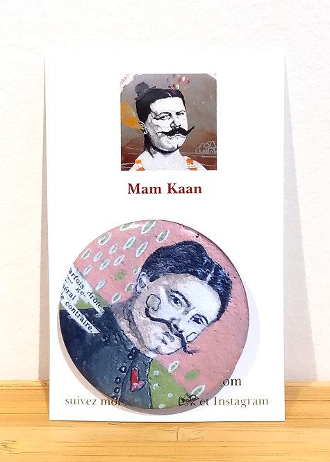 Badge 45mm tiré d'une oeuvre de Mam Kaan, artiste tourangelle, représentant un portrait d'homme avec de grandes moustaches