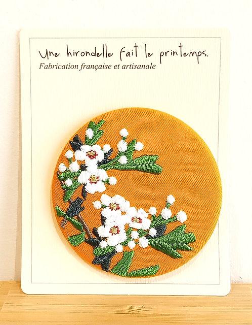 Badge brodé fleurs blanches sur fond jaune GM Une hirondelle fait le printemps