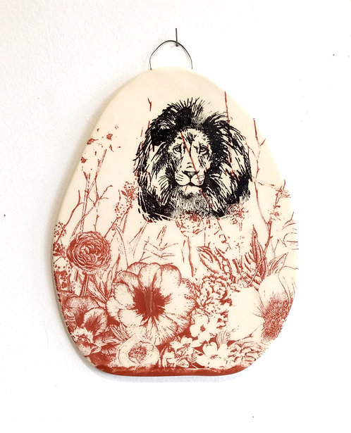 Tableau en faïence Tête de lion sur fleurs rouille La Céramique de Flo