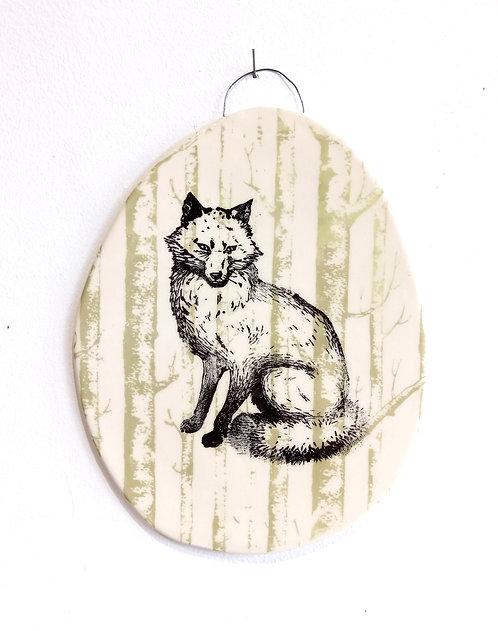 Tableau en faïence renard noir assis sur fond forêt vert amande La Céramique de Flo