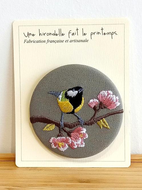 Badge brodé mésange sur branche de pommier fleurie GM Une hirondelle fait le printemps