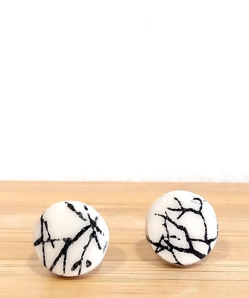 Boucles d'oreille puces noires et blanches en faïence motif branchage de Stéphanie Cahorel