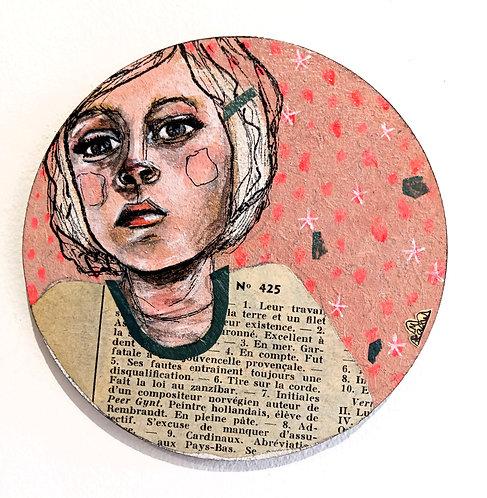 """Portrait """"fille à la barette"""" de Mam Kaan, techniques mixtes sur sous-bock rond en bois"""