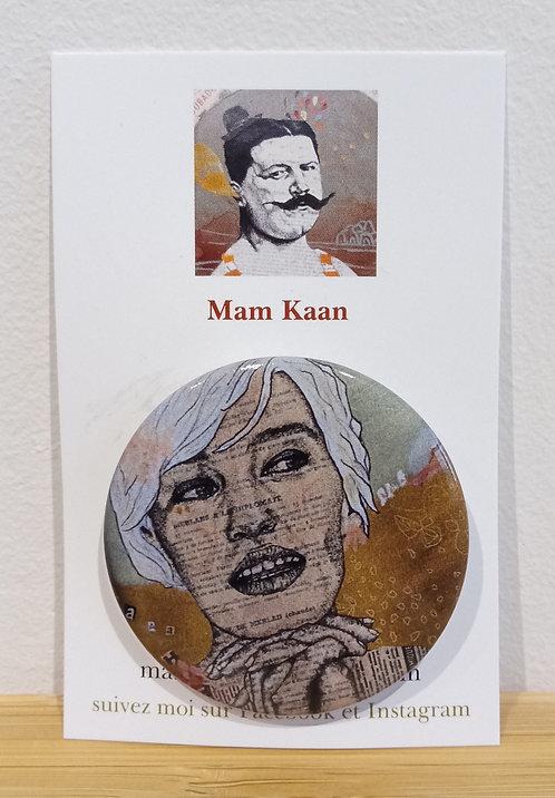 """Badge 45mm tiré de l'oeuvre de Mam Kaan """"Aaah""""."""