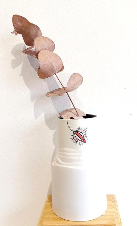 Petit vase en céramique blanche avec motif baies rouges de Marie-Christine Tère artiste tourangelle.