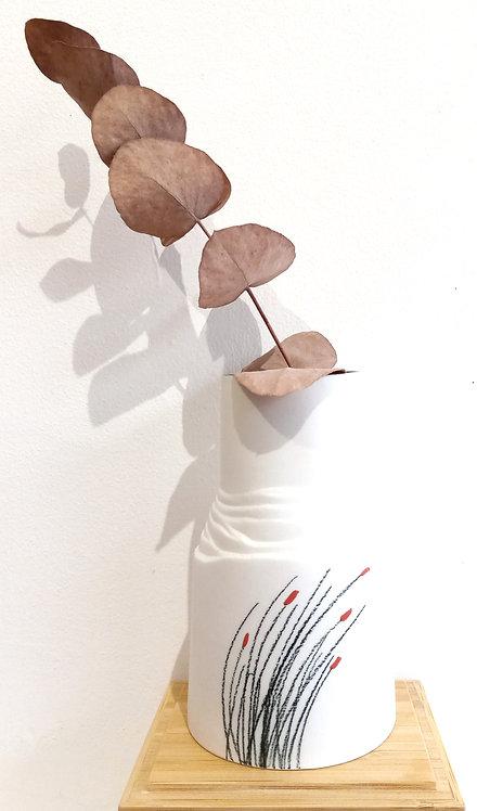 Petit vase en porcelaine blanche avec motif roseaux de Marie-Christine Tère artiste tourangelle