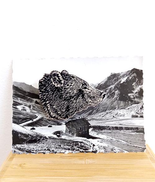 """Broche en faïence de Stéphanie Cahorel, """"tête d'ours"""" sur photo ancienne noir et blanc."""