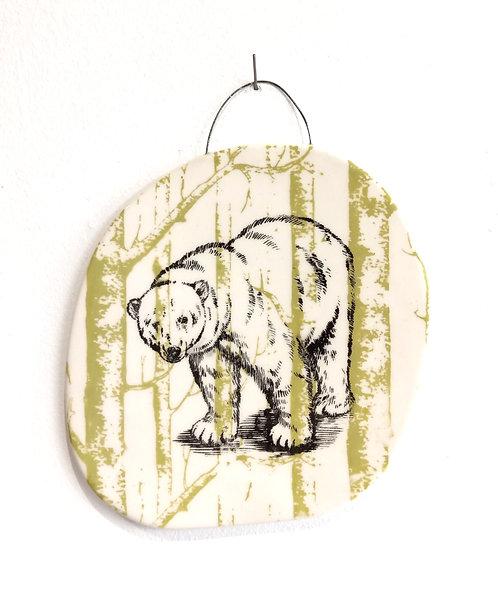 Petit tableau en faïence ours polaire noir sur fond forêt vert anis La Céramique de Flo
