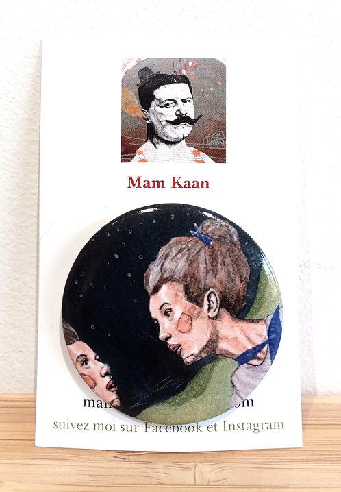 Badge 45mm visage et reflet de femme sur fond noir tiré d'une oeuvre de Mam Kaan