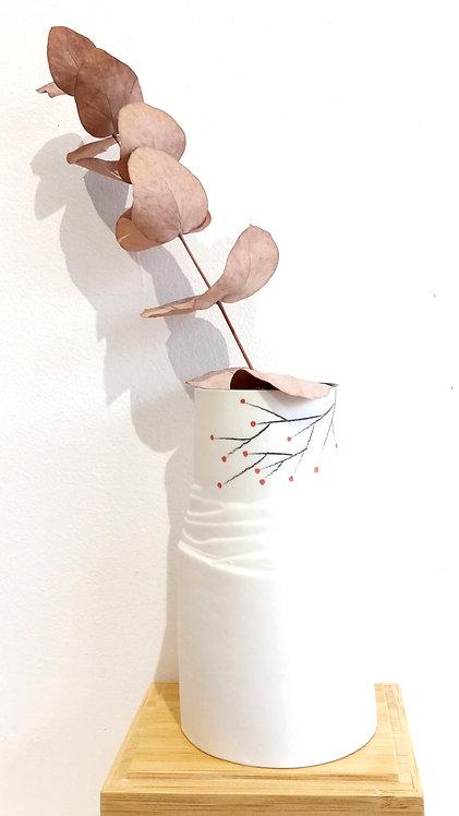 Petit vase en porcelaine blanche motif baies rouges de la céramiste tourangelle Marie-Christine Tère