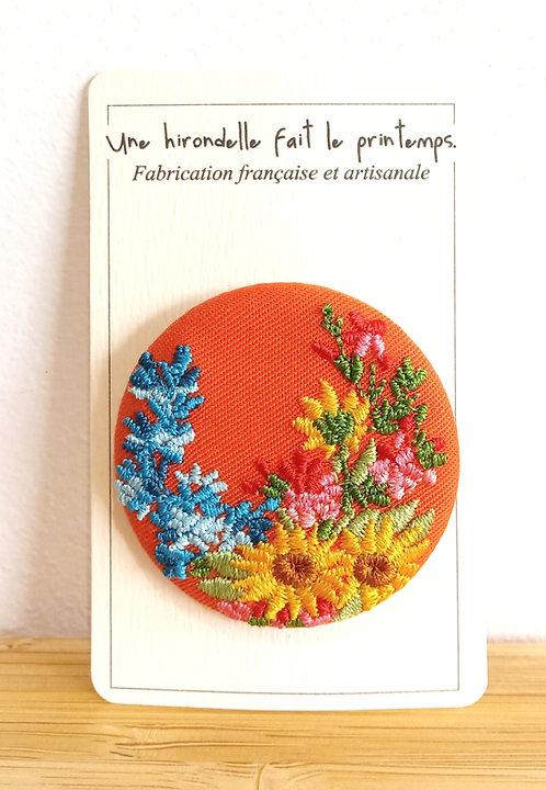 """Broche brodée """"Bouquet"""" sur fond orange d'Aurore Rabourdin Une Hirondelle Fait Le Printemps"""