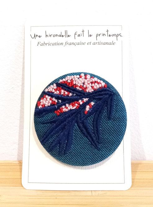 Badge brodé pm motif floralrose sur fond pétrole Une hirondelle fait le printemps
