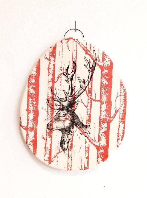 Tableau en faïence représentant une tête de cerf noir sur fond forêt rouge corail de Florence Sempé