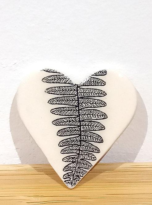 Broche coeur en faïence motif fougère de Stéphanie Cahorel céramiste marseillaise.