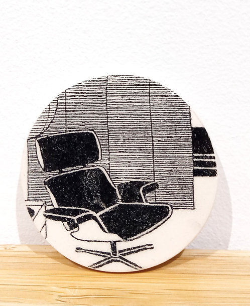 Broche ronde en faïence de Stéphanie Cahorel avec motif fauteuil design vintage