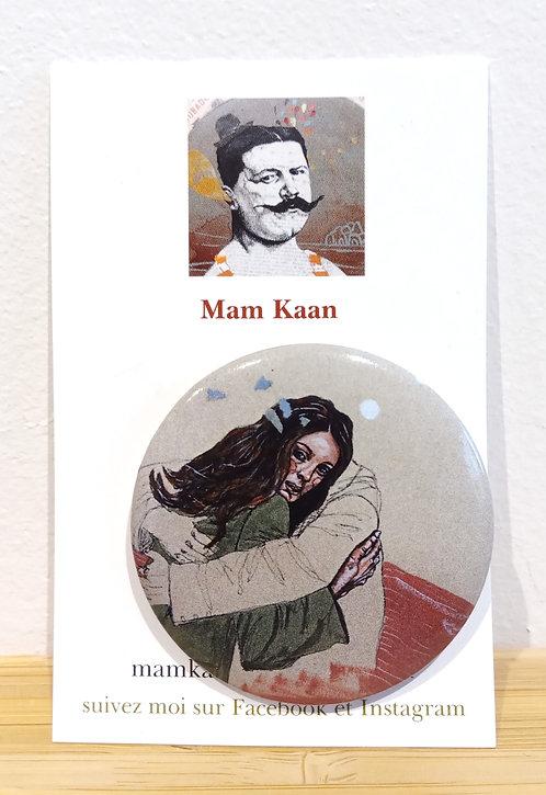 Badge 45mm tirée d'une oeuvre de Mam Kaan, représentant un couple en train de s'enlacer.