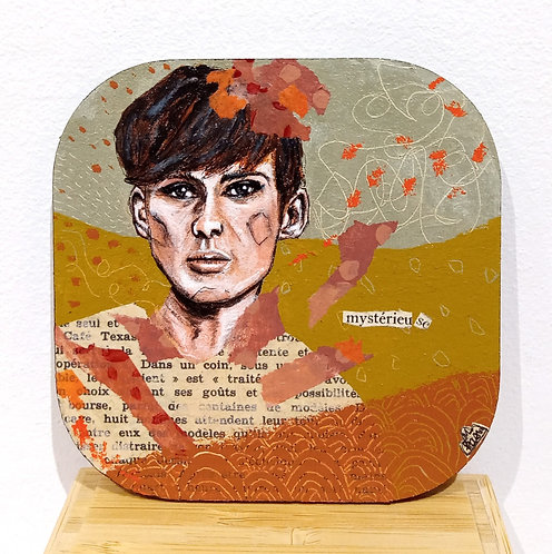 """Oeuvre de Mam Kaan sur sous-bock en bois carré intitulée """"mystérieu se"""".Acrylique, collage et feutre fin."""