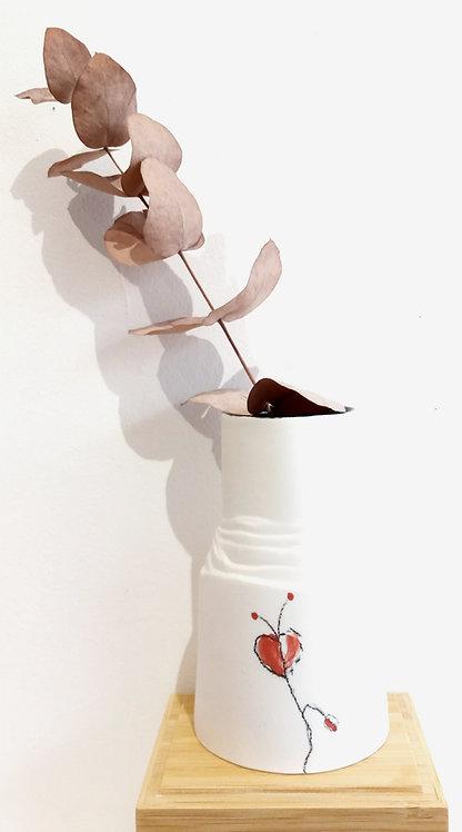 Petit vase en porcelaine blanche motif floral noir et rouge de Marie-Christine Tère céramiste tourangelle