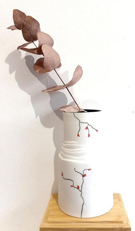 """Vase dit """"à persil""""de par sa taille en porcelaine blanche à motif baies rouges de Marie-Christine Tère céramiste tourangelle"""