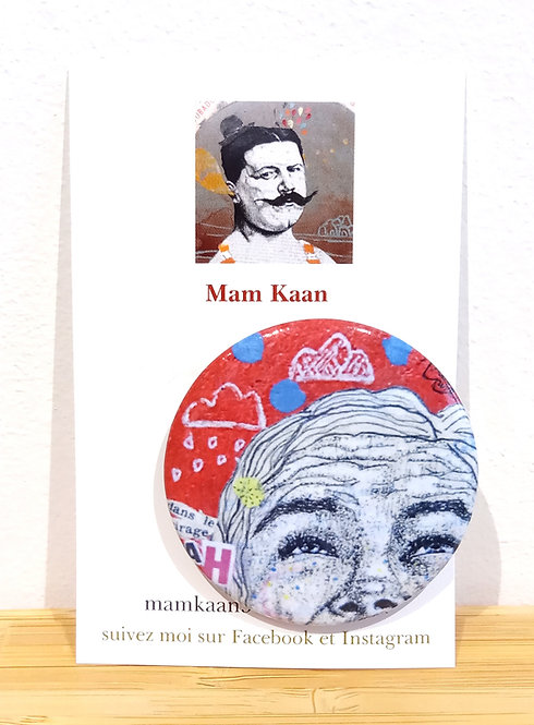 """Badge 45mm tiré de l'oeuvre de Mam Kaan """"Dans le cirage"""" acrylique, collage et feutre fin ."""
