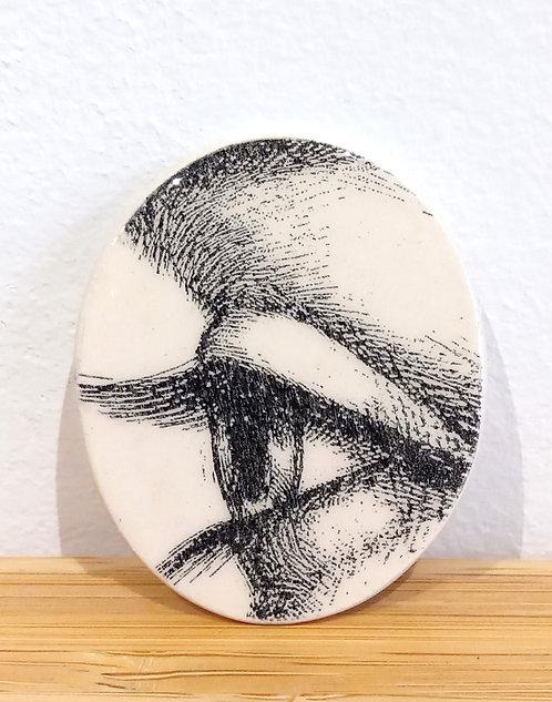 Broche en faïence ovale noire et blanche , motif oeil de l'artiste Stéphanie Cahorel