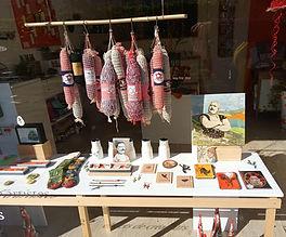 La boutique PETITES SERIES située à Tours, propose des bijoux et des objets de créateurs ainsi que de petites oeuvres d'artistes. Vous retrouverez pa d'Anr exemple les oeuvres de Céline Chevrel en papier découpé, les méduses en porcelaine d'Anne Berthelot ou les saucissons de la Maison Cisson en décoration et les broches en faïence de Stéphanie Cahorel ou d'une hirondelle fait le printemps en bijoux.