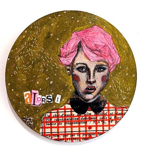 """""""Alors""""...Acrylique sur sous-bock rond en bois de Mam Kaan, représentant un portrait féminin aux cheveux rose ."""