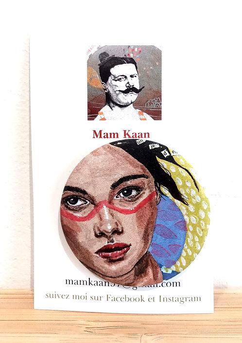 """Badge 45mm tiré de l'oeuvre de Mam Kaan """"Un jeu d'enfant"""", acrylique, collages et feutre fin."""